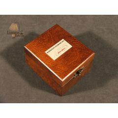 Drewniana kaseta z dedykacją do czapek - przycisków do papieru